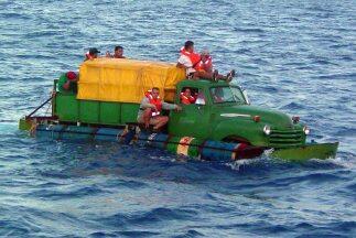 Un grupo de 12 cubanos, a bordo de una camioneta Chevrolet 1951 converti...