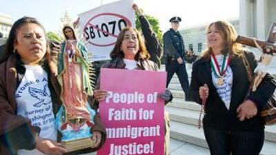 Decenas de inmigrantes se congregaron el miércoles frente a la Corte Sup...