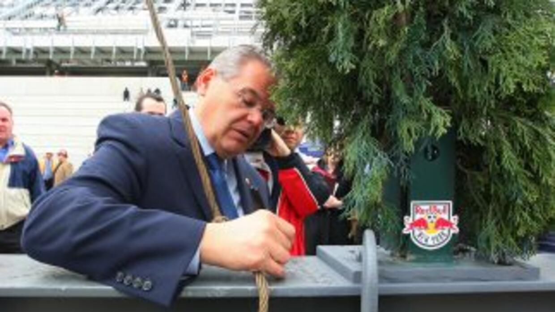 El Senador Bob Menéndez (D, NJ) firma una pieza de acero durante una cer...