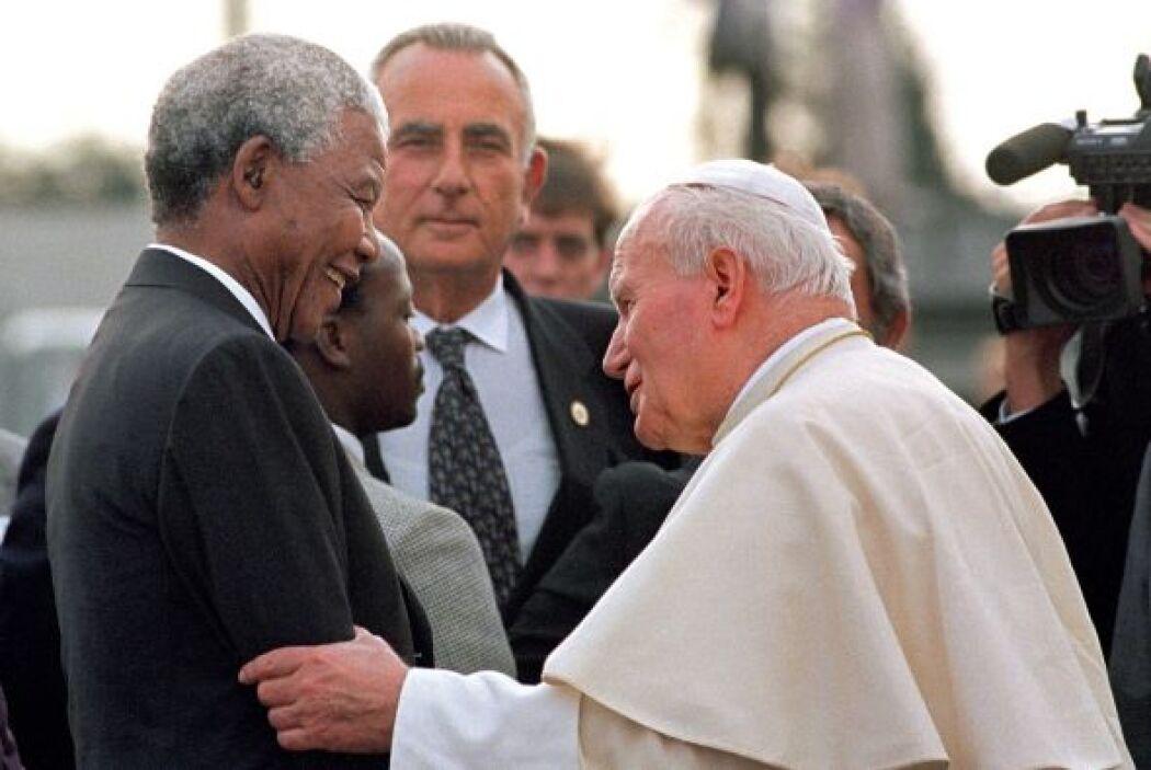 Nelson Mandela visitó al papa Juan Pablo II en 1995.