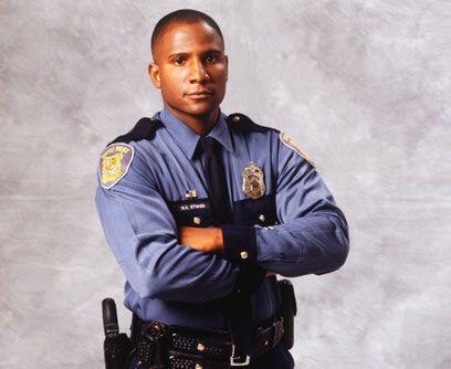 POLICÍA. Para convertirte en oficial de policía se requier...