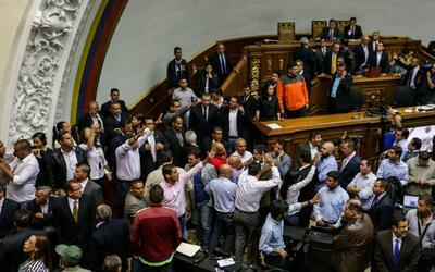 Seguidores de Nicolás Maduro toman a la fuerza instalaciones de la Asamb...