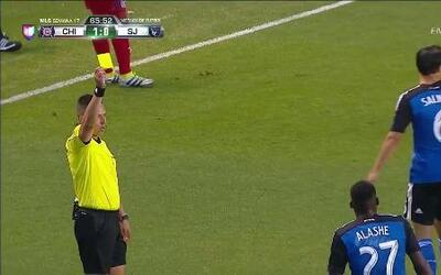 Tarjeta amarilla. El árbitro amonesta a Fatai Alashe de San José Earthqu...