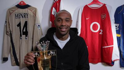 Thierry Henry con la réplica del trofeo dorado