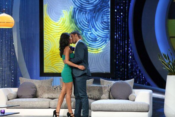 Tremendo beso le dio como parte de la escena.
