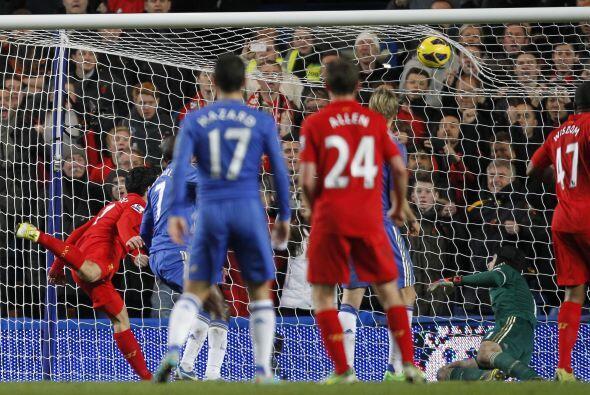 Suárez silenciaba a Stamford Bridge con ese cabezazo.