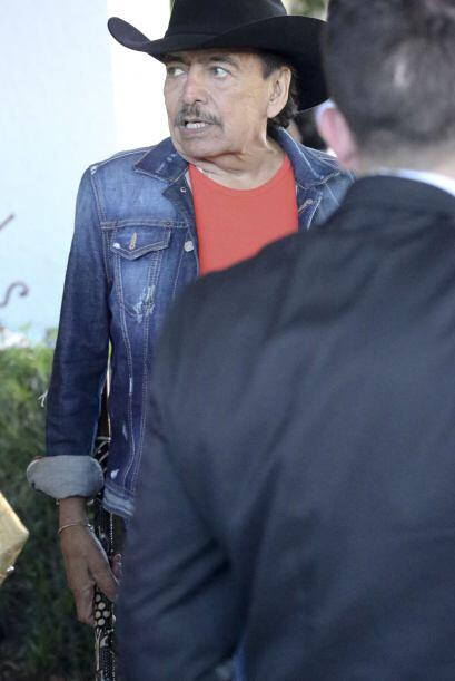 El cantante fue visto en el restaurante Carpaccio de Bal Harbour, salien...