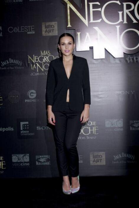 La actriz apareció vestida de negro, pero con un traje muy sexy que deja...