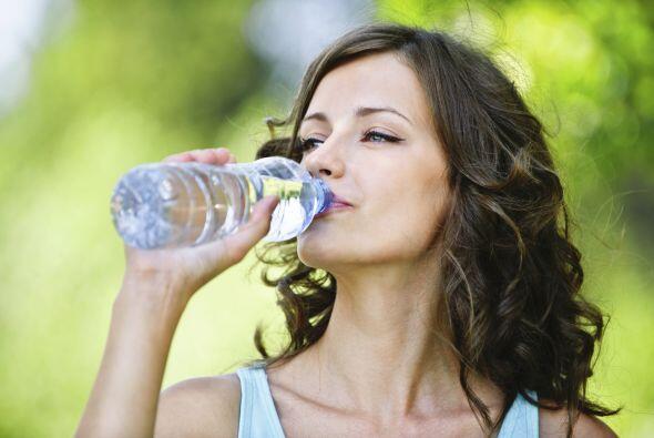 Toma agua. Proponte tomar más agua cada día, hasta que log...