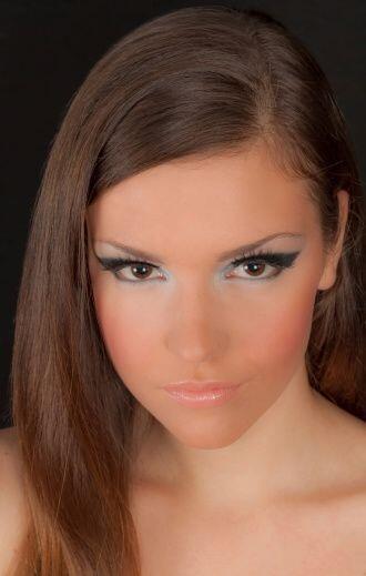 ¡El 'make up' dorado mate será otro 'hit' del año entrante! Este 'look'...
