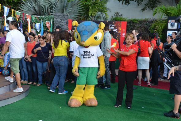 Él es Fuleco, la mascota oficial de la Copa Mundial de Futbol Bra...