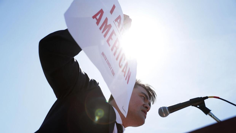 José Antonio Vargas da un discurso frente a la Corte Suprema en Washington.