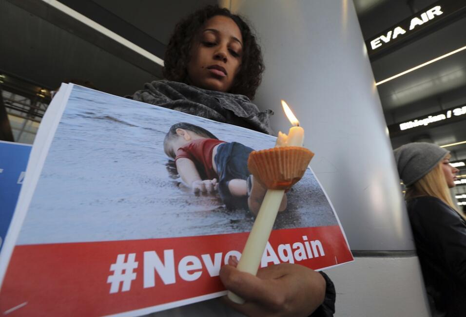 En Los Ángeles, los manifestantes sostuvieron fotografías de niños sirio...