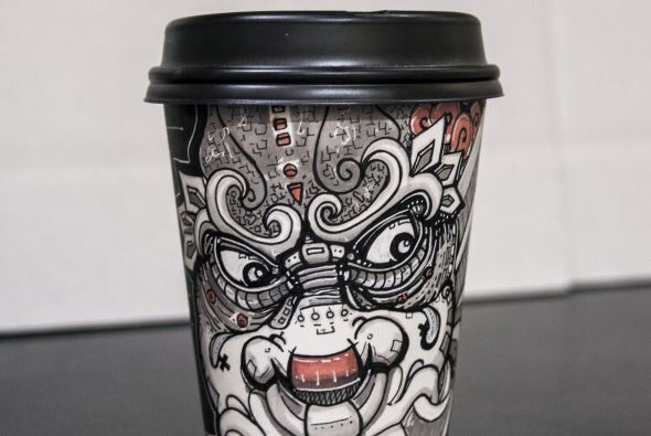 Miguel Cardona junior, hace arte en vasos de café.