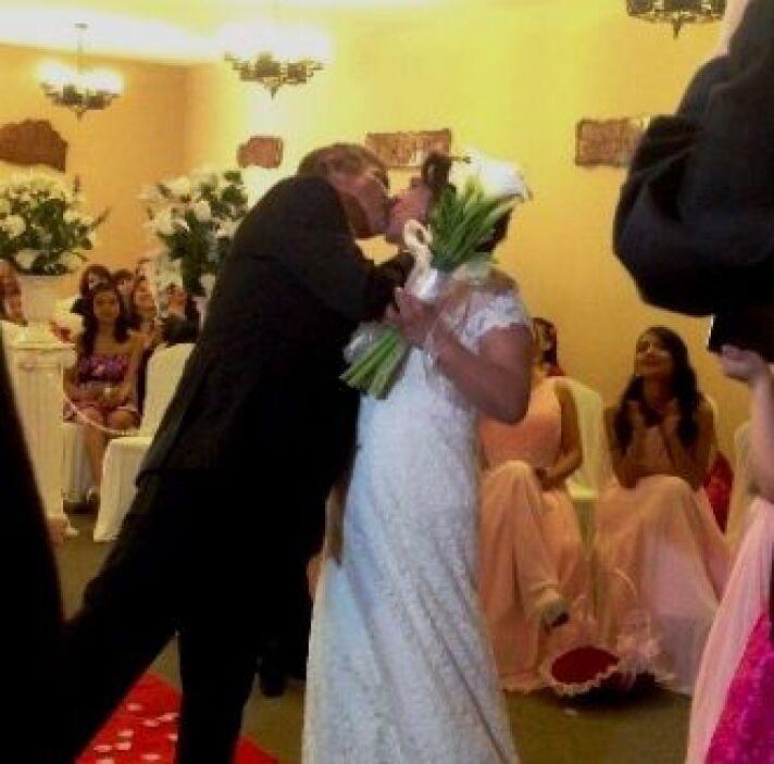La ceremonia culminó con un beso muy romántico.