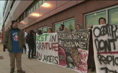 Maestros y estudiantes protestan contra el recorte de personal en el Ins...