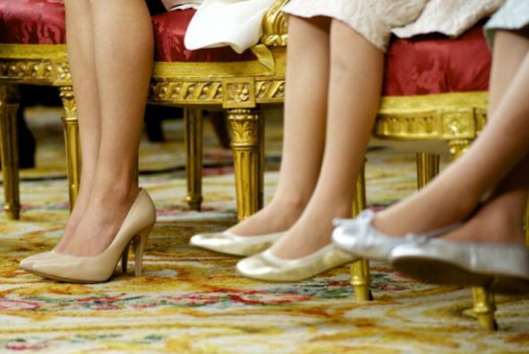 Letizia con unos tacones bajos y sus dos hijas con flats ligeros y senci...