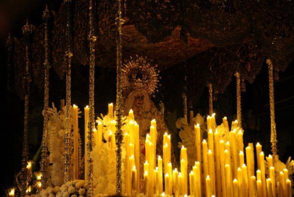 En Sevilla, España, la Virgen de Macarena se llena de velas en Semana Sa...