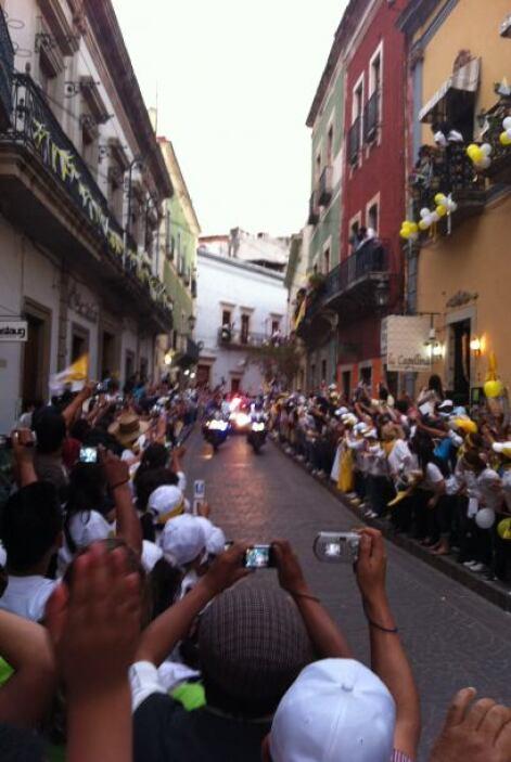 Los feligreses se congregaron en las estrechas calles de Guanajuato para...