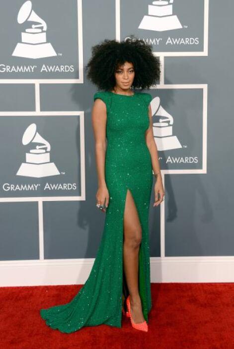 Solange Knowles se inclinó por un vestido con una discreta abertura en l...