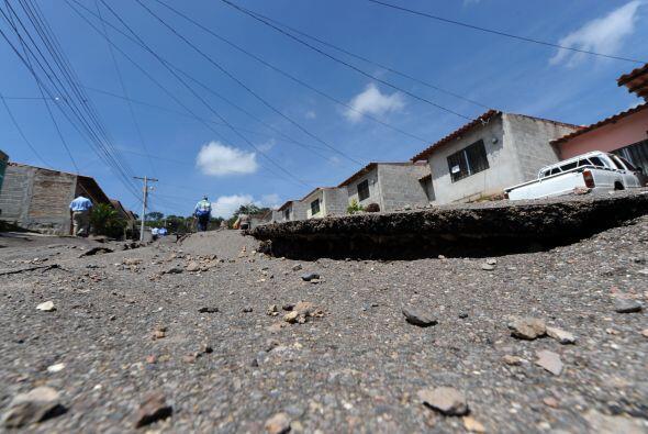 Medios locales reportaron hundimientos en la carretera a la salida hacia...
