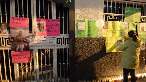 Familiares de los jóvenes desaparecidos afuera del bar en la Ciudad de M...
