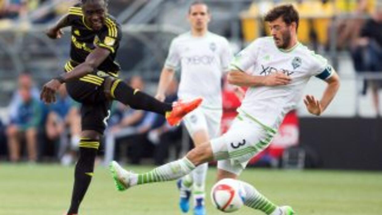 Kei Kamara dispara ante Brad Evans, Columbus Crew vs Seattle Sounders