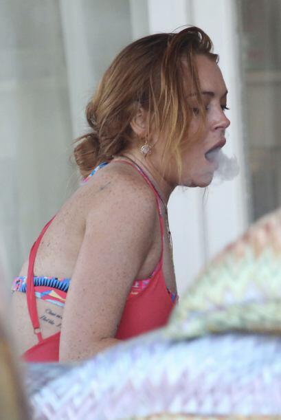 Pero eso, parece no preocupar a la bella LiLo, que fumando espera...
