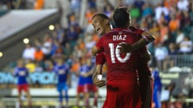 Blas Pérez y Mauro Díaz celebran un gol con FC Dallas