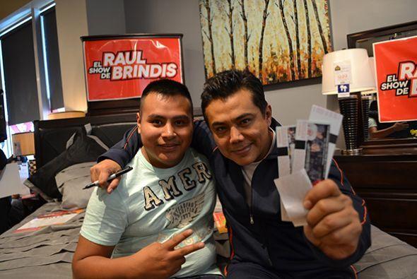 No podían faltar los premios...  Escucha El Show de Raúl Brindis por int...