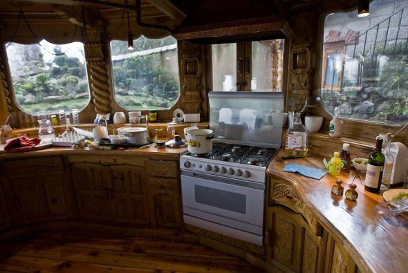 Había una cocineta con todos los servicios, un bar con sistema de audio,...