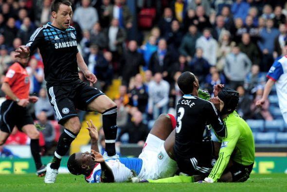 El portero Petr Cech sufrió un fuerte golpe y terminó con...
