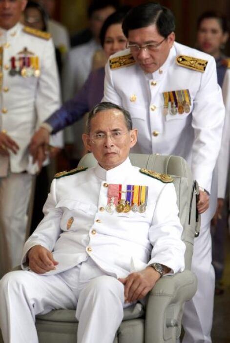 2. Bhumibol Adulyadej. De acuerdo a Forbes, el rey de Tailandia tiene un...