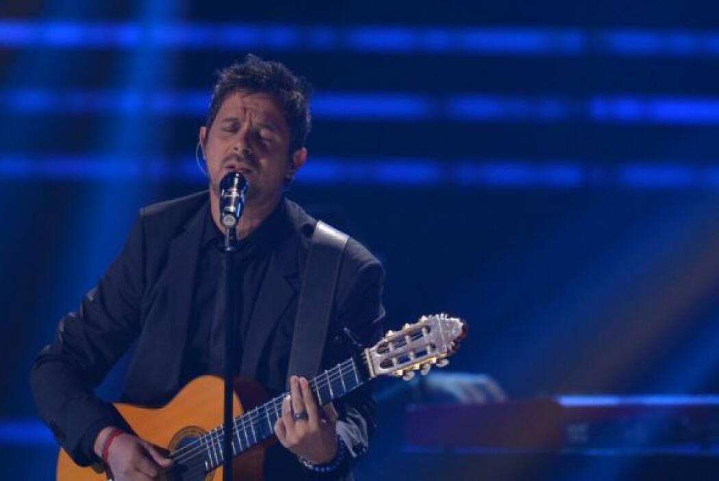 """Con su inseparable guitarra, Sanz comenzó los acordes de """"Mi Hembra""""."""