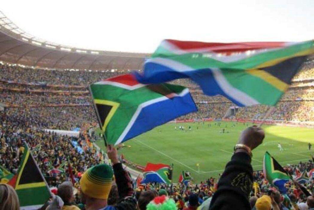 Las banderas del arciris decoran todas las tribunas del Mundial.