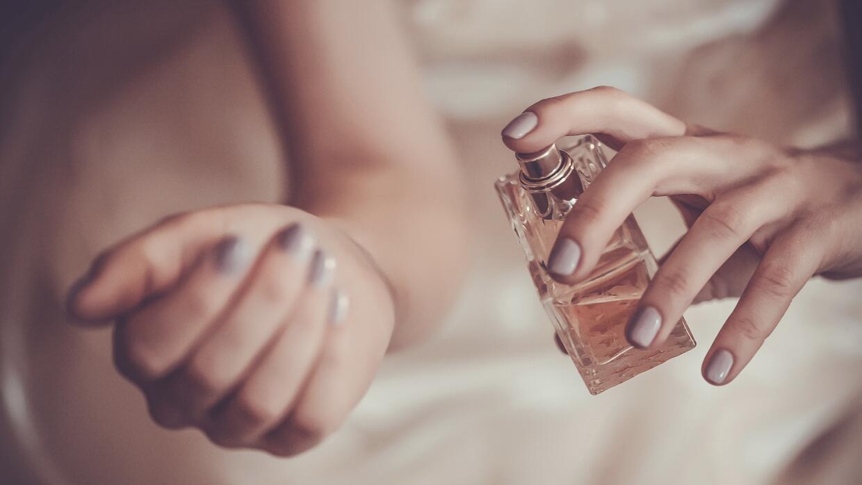 Mujer poniendo perfume