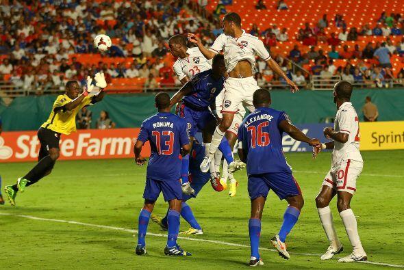 En el segundo tiempo, Trinidad y Tobago se volcó al frente para b...
