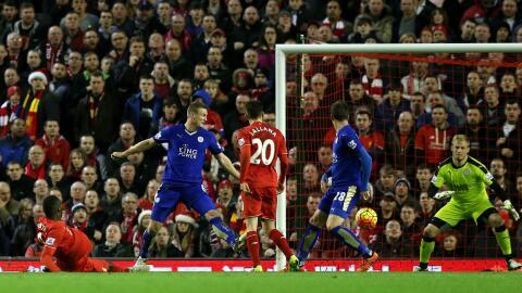 Christian Benteke anota el gol del Liverpool.