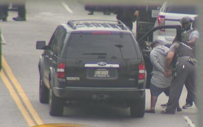 Arrestan a un hombre armado que estuvo atrincherado durante varias horas...