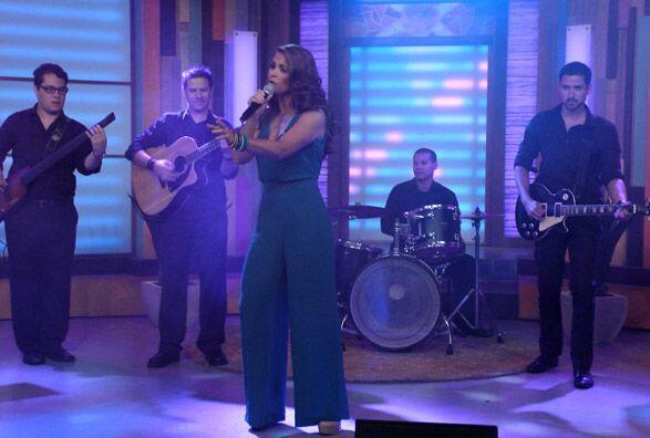 La escuchamos cantar en Premios Juventud y este día fue toda nues...