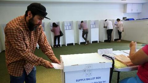 Votante en California durante las elecciones primarias en San Diego, en...