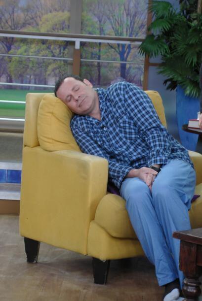 No duró ni cinco minutos de pié cuando ya estaba dormido otra vez.