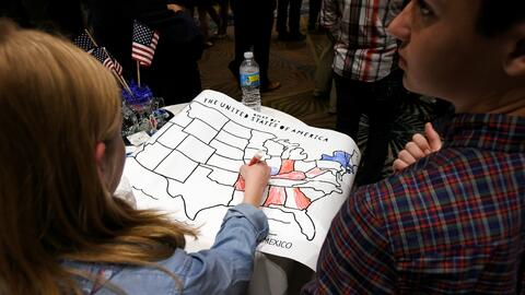 Una niña colorea un mapa electoral la noche de las elecciones en Raleigh...