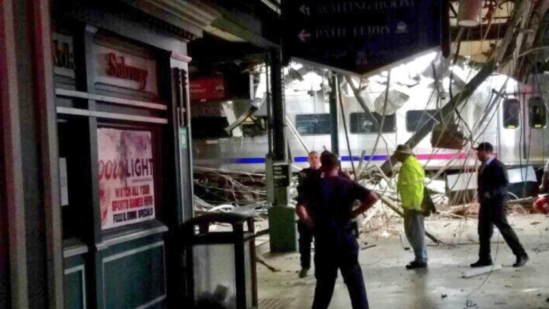 Vista parcial de la destrucción provocada por el accidente del tren que...