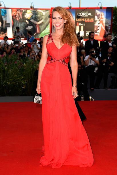 La italiana Yvonne Scio se sumó a la moda de los vestidos rojos.