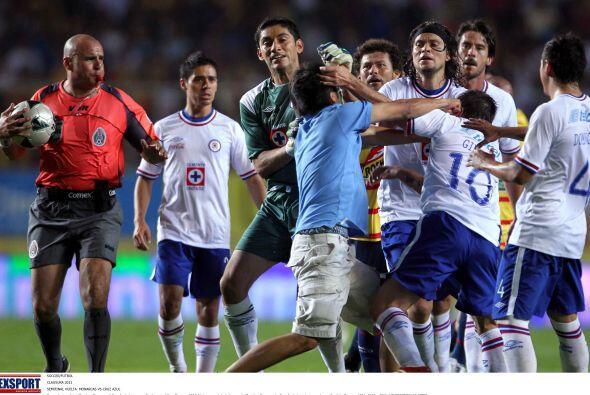 El aficionado era de Cruz Azul pero al momento de sacarlo del juego, el...