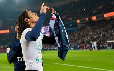Cavani homenajeó al 'Chape' sacándose la camiseta, alzando...