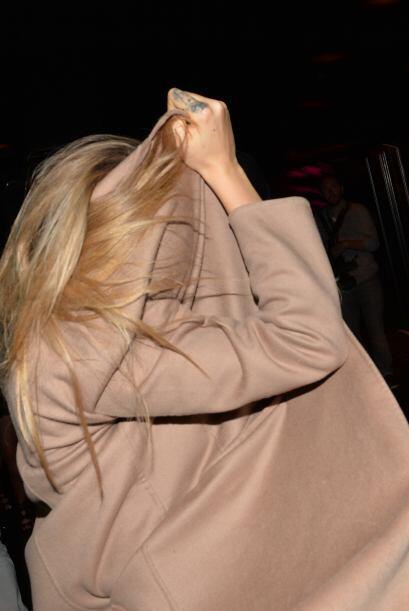 Al final los amigos de Cara decidieron cubrirla con gabardinas y abrigos...