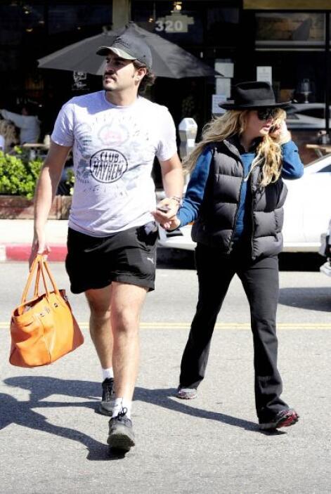 Paulina y Gerardo dejaron el glamour en el closet, ella vistió ropa oscu...