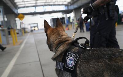 Un agente fronterizo en la garita de San Ysidro, en la frontera Californ...